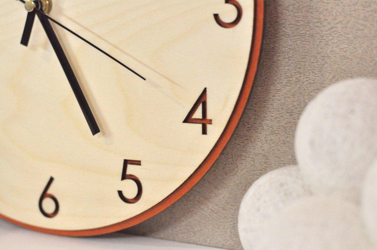 koka sienas pulkstenis - klasika