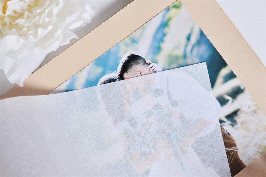 Fotoalbums koka vākos INICIĀĻI KOKĀ